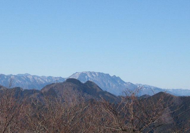 関八州見晴台から見た両神山(手前に二子山)