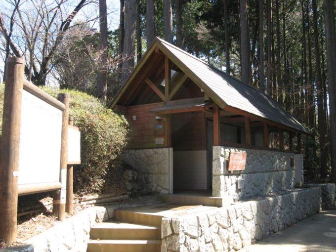 日の出山山頂直下にあるバイオ式トイレ
