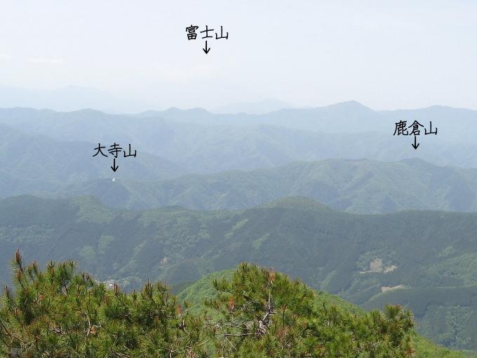 鷹ノ巣山から見た鹿倉山