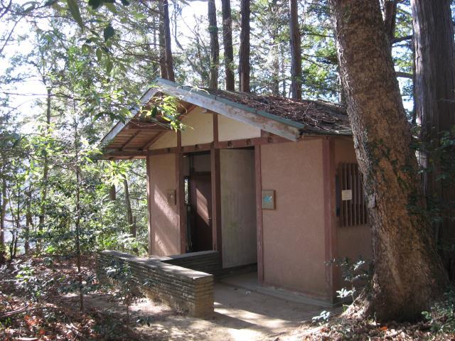 山頂手前にある公衆トイレの写真