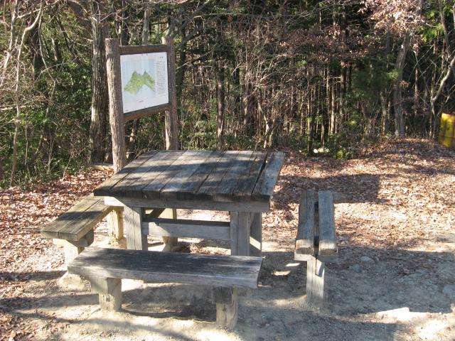 城山山頂にあるテーブルベンチの写真