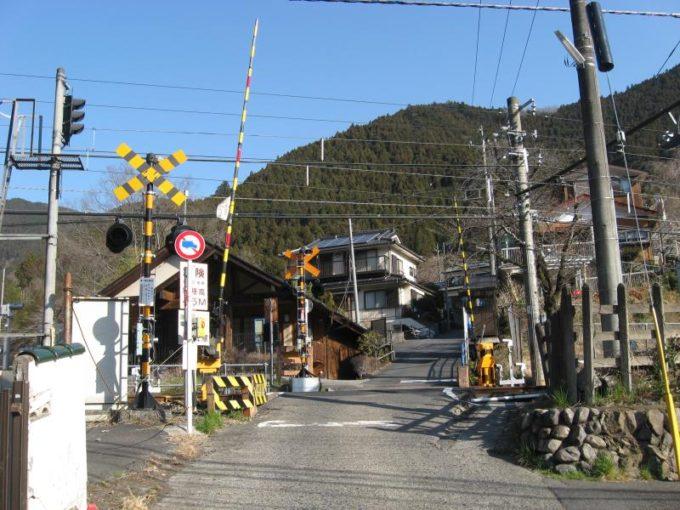 鳩ノ巣駅前の踏切り