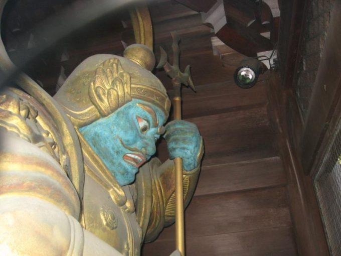 薬王院の門にある青い顔の像