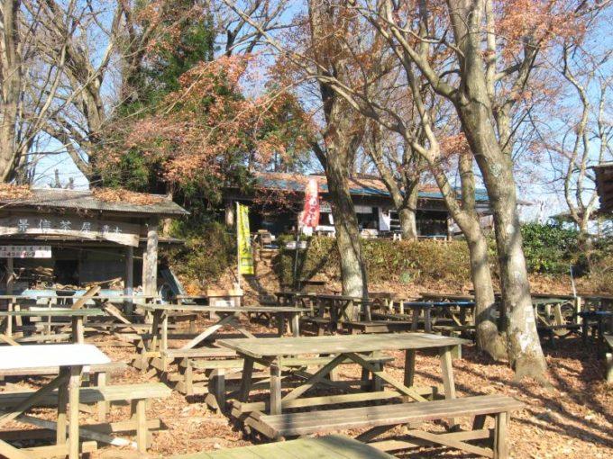 景信茶屋前に置かれたたくさんのテーブルベンチ
