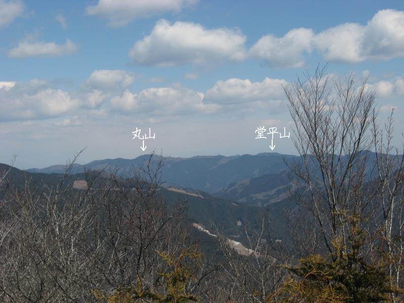蕨山展望台から見える丸山と堂平山