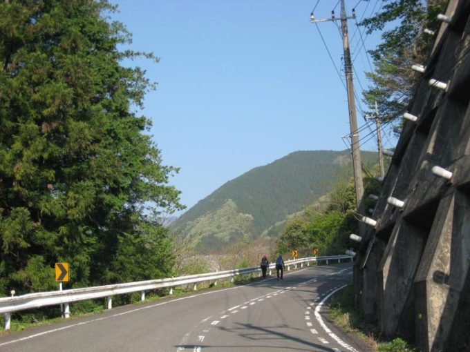 登山口までは車道歩きです。