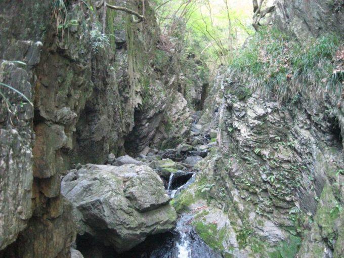大きな岩の割れ目の間の登山道