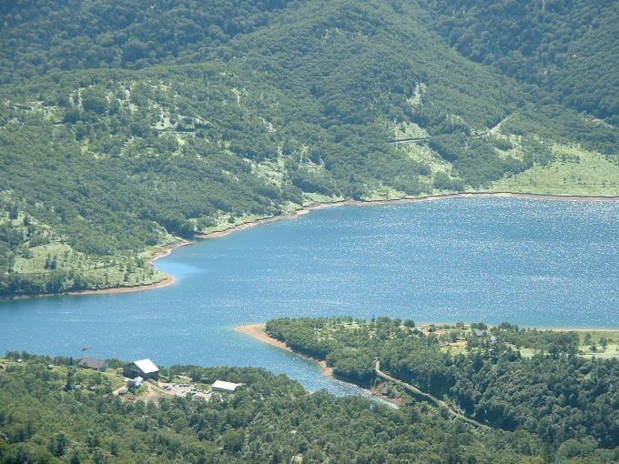 登山道より野反湖とビジターセンター