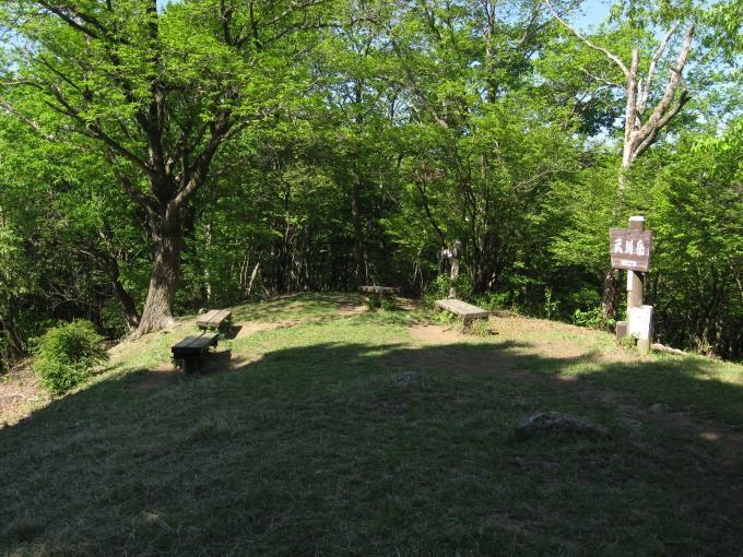 武川岳山頂にあるベンチ