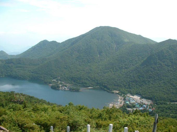 地蔵岳山頂から見た黒檜山と大沼
