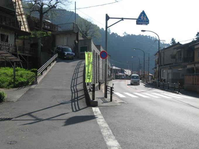 青梅街道左の坂道を上る