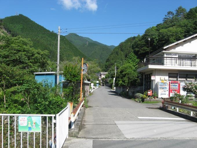 登山口へはしばらく車道上を歩きます。