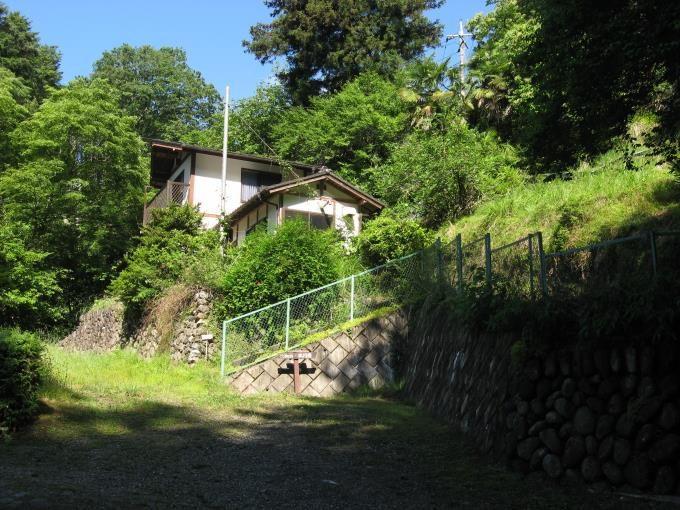 登山口へ向かう途中にある最初の階段。