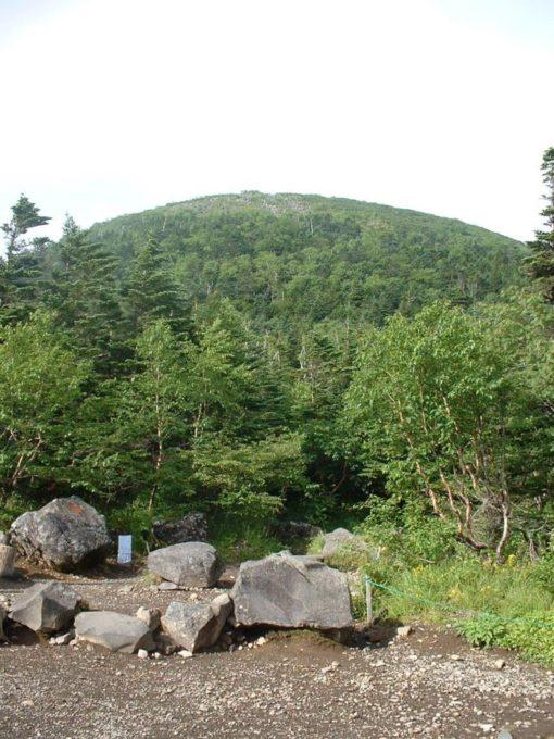 蓼科山荘前から山頂を臨む