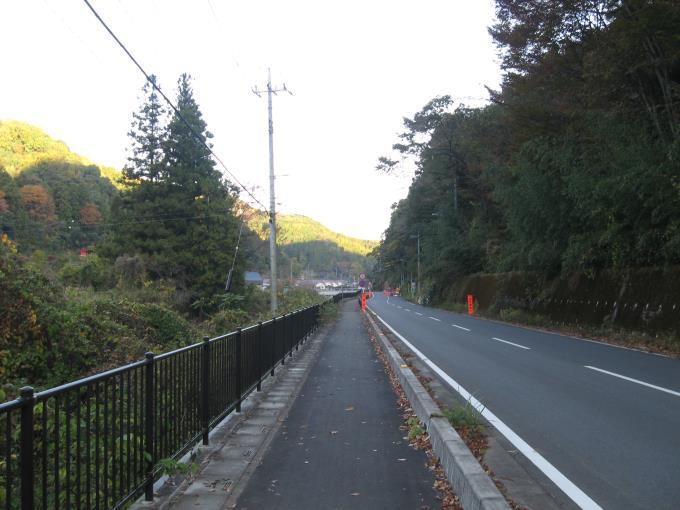 ヤマメの里公園駐車場から橋場への車道の様子