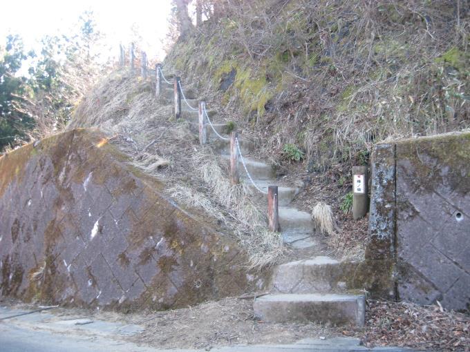 向かいの階段を上る