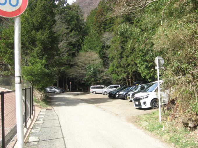 小仏峠入口駐車場は満車