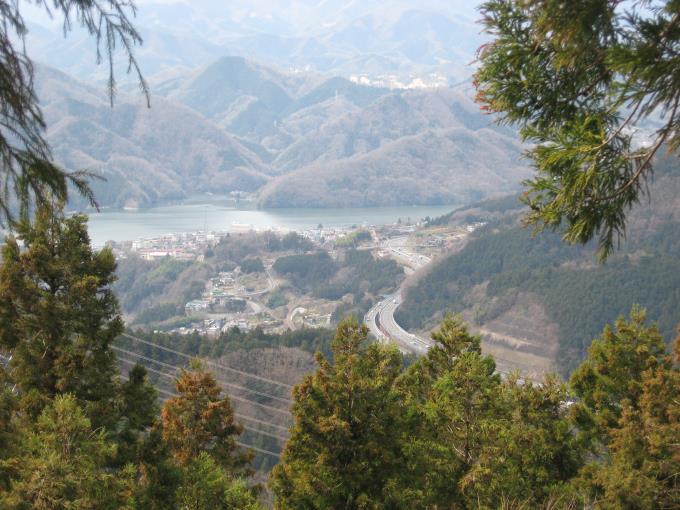 相模湖と中央自動車道