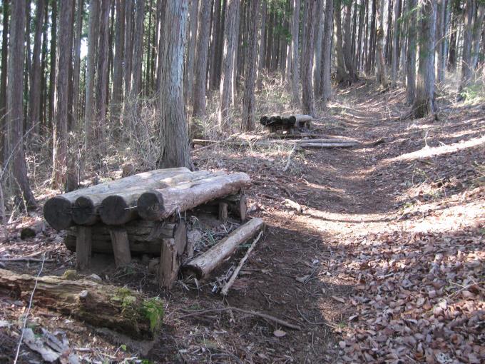 登山道沿いにある休憩用ベンチ