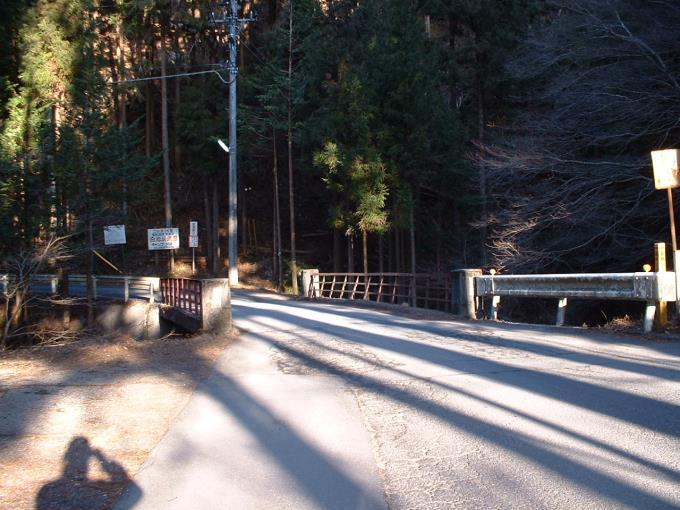 妻坂峠への分岐にある橋