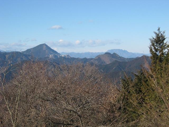 武甲山、二子山そして両神山(関八州見晴台山頂より)