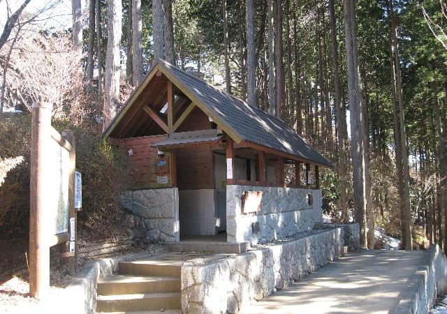 日の出山の山頂直下にあるバイオ式トイレ
