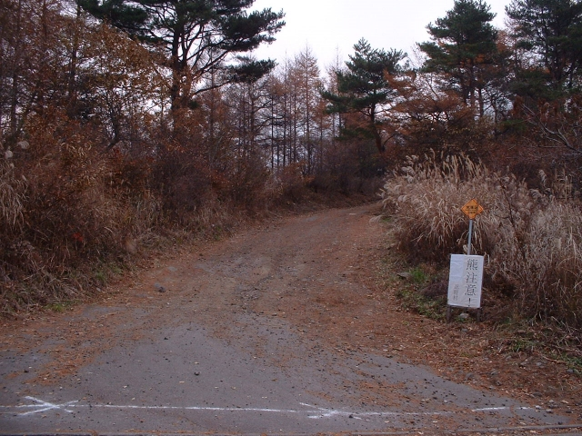 駐車場の向かい側にある登山口