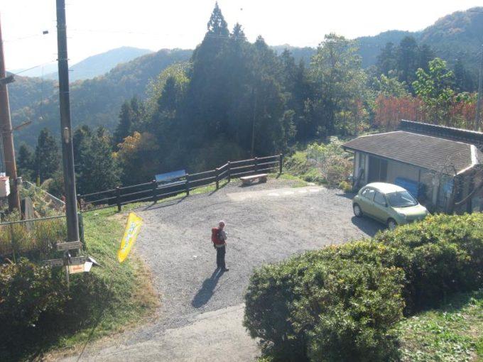 桂木観音の階段の上からみた桂木観音展望台駐車場の様子