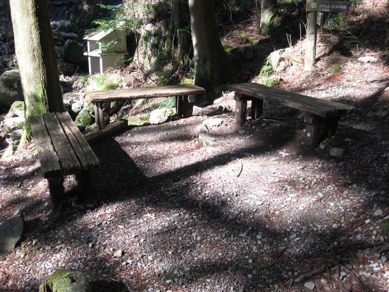 綾滝の横にある休憩用ベンチ