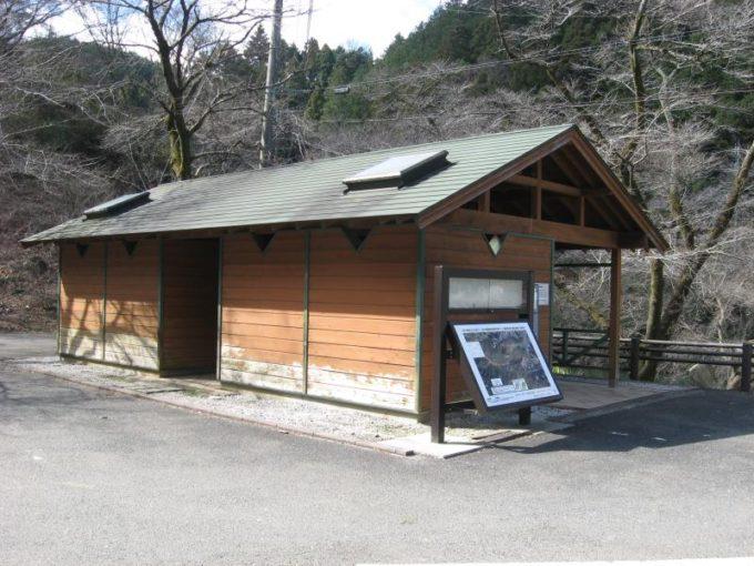 鎌北湖第一駐車場内の公衆トイレ