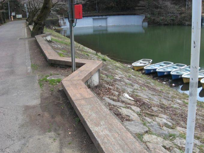 鎌北湖の堤防上にあるベンチ