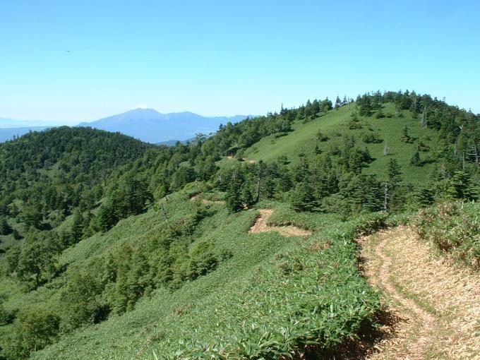 三壁山の登山道から見る浅間山と黒斑山