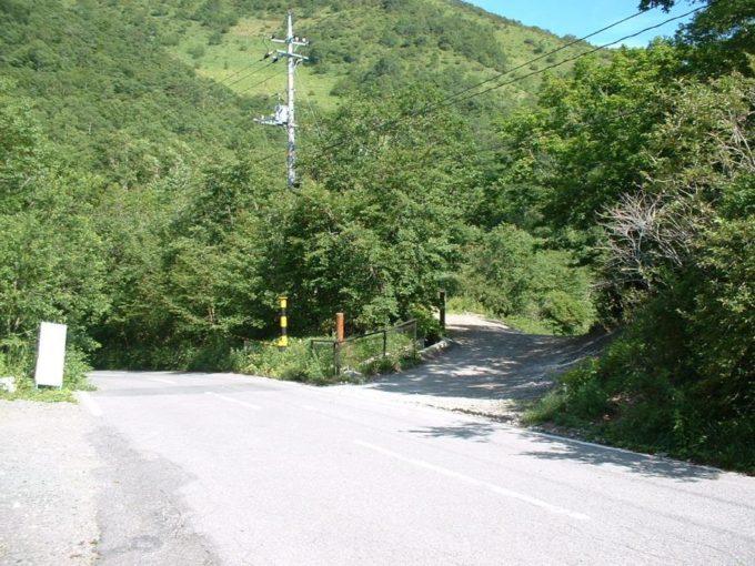 地蔵岳駐車スペースの向かい側にある登山口入口