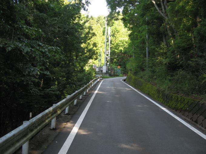 駐車場から登山口への舗装道路