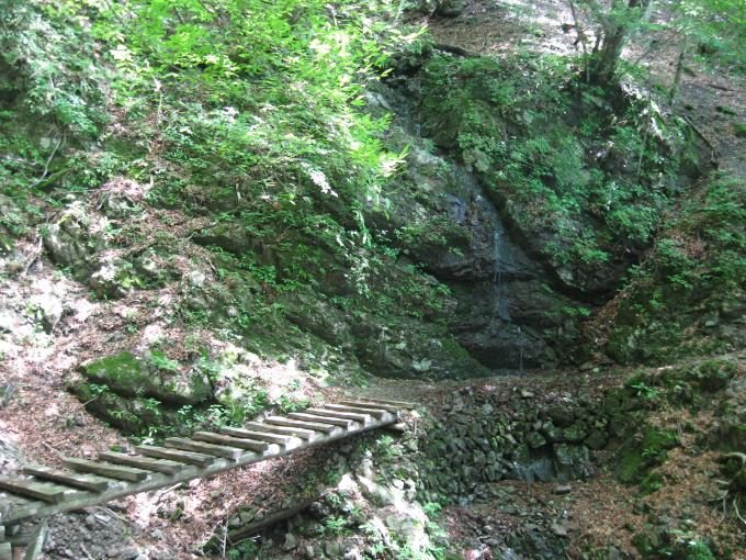 七ツ石小屋への分岐のすぐ先にある滝