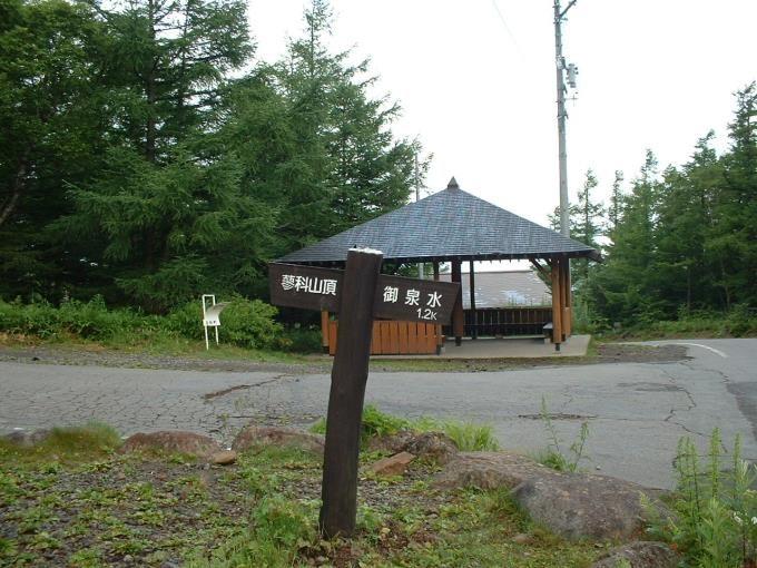 登山口前の休憩舎