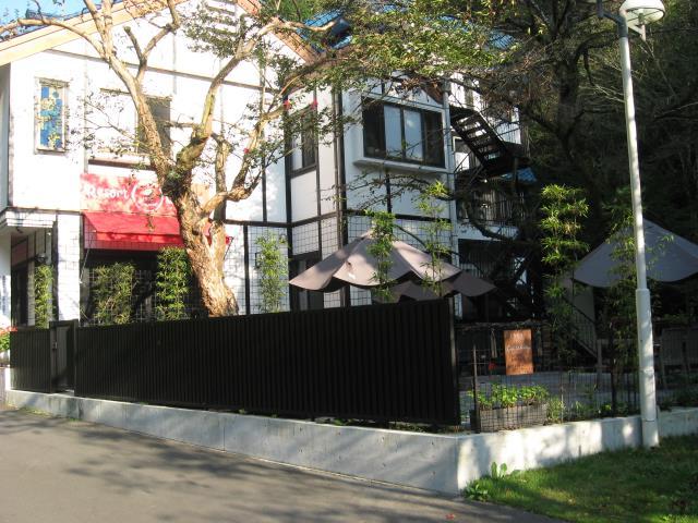 駐車場手前にあった閉館した旅館がカフェなどにリニューアルしてオープン