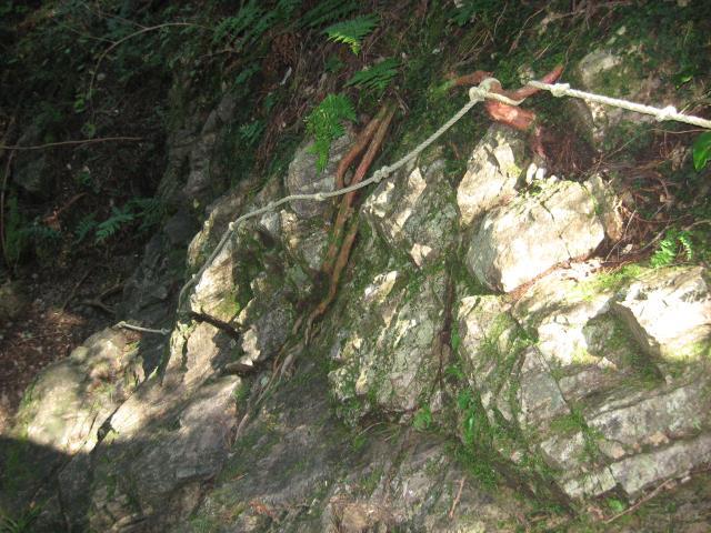 このルートで唯一危険なロープ場(岩場に苔が生えていて滑りやすい)