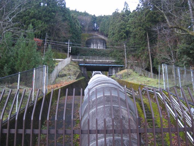 斜面に作られた発電装置