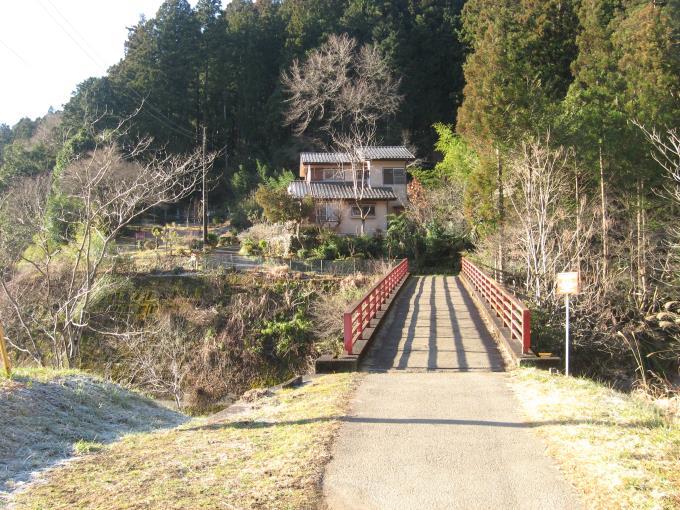 登山口手前の橋を渡る
