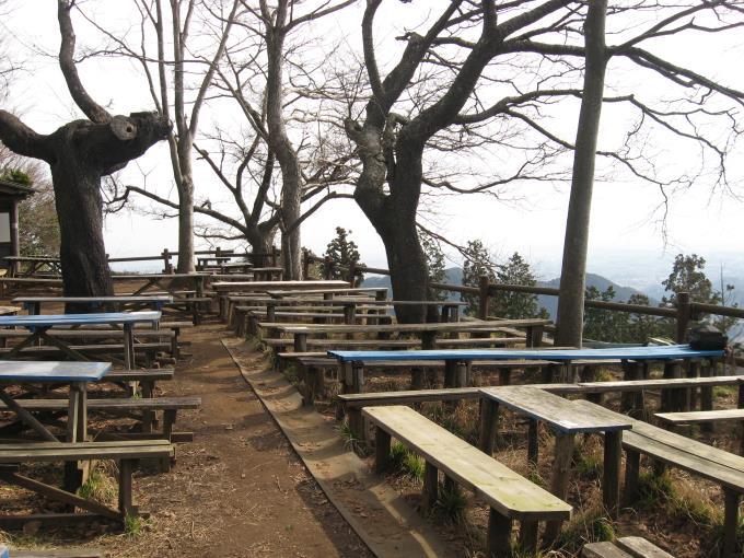 テーブルベンチが置かれた景信茶屋