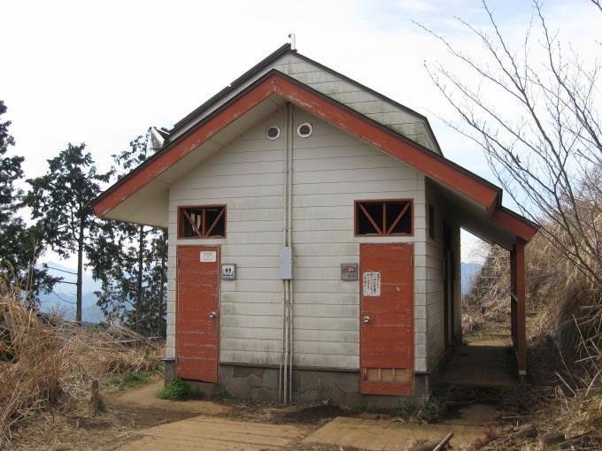 景信山山頂直下にある公衆トイレ