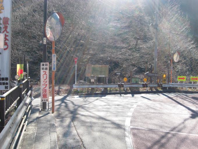 浅間尾根登山口へはここを左へ。