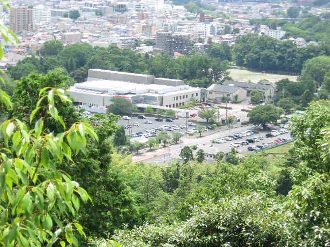 天覧山山頂テラスから飯能市市民会館の駐車場