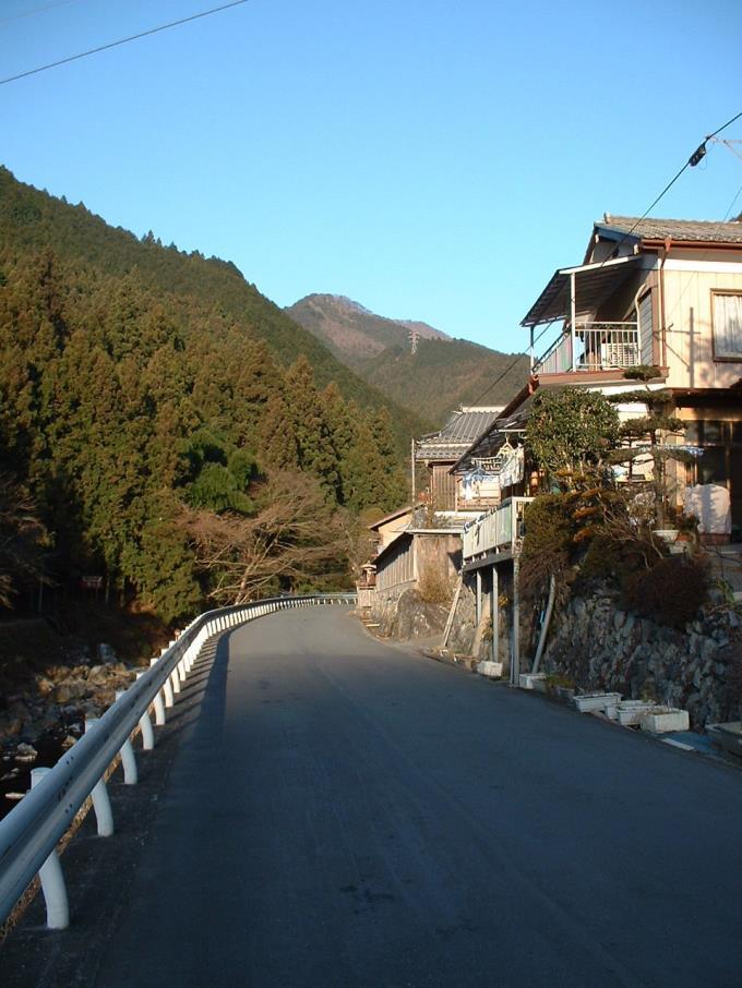 登山口までの車道歩き