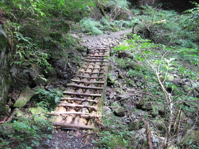 崩落した登山道上に設置された木橋