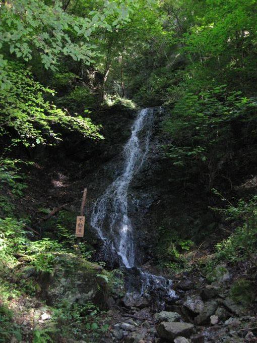 登山道の近くにある不動滝