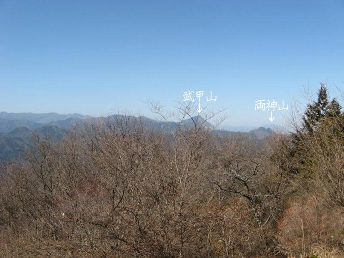 山頂から見える武甲山と両神山