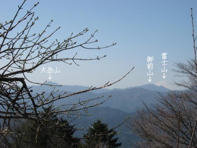 山頂から見える大岳山と御前山そして富士山の写真