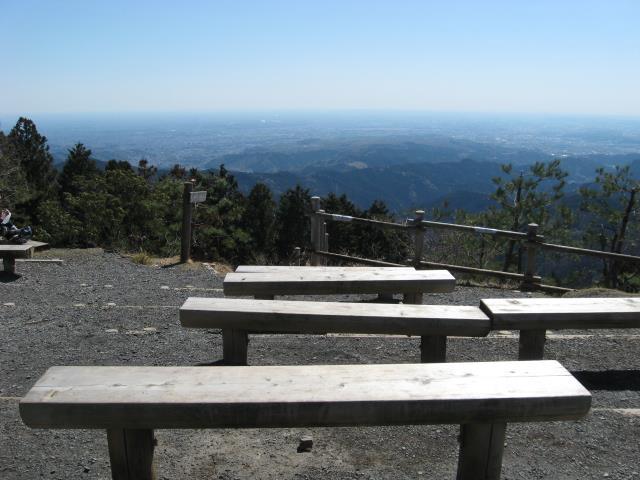 日の出山南面に設置されたベンチ